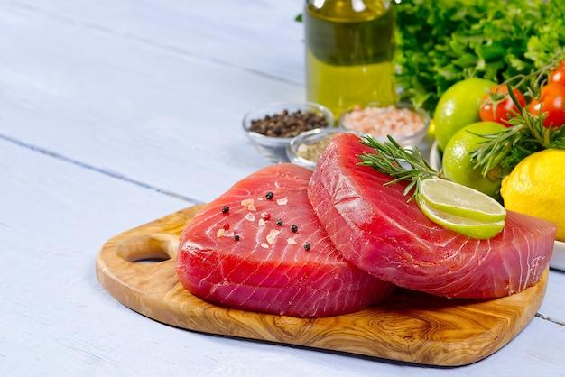 Сырой стейк из тунца сашими из тунца нарезанный овощами тунец здоровое питание с морепродуктами готовим дома