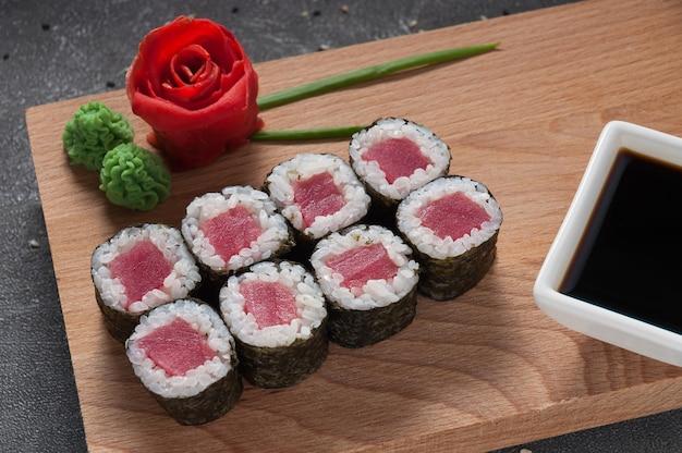 Роллы из тунца в водорослях нори с соевым соусом