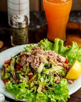 Салат из тунца и стакан сока Бесплатные Фотографии