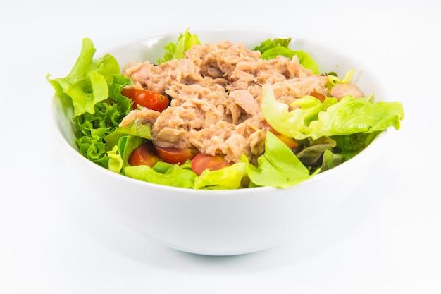 分離された白のマグロのサラダ