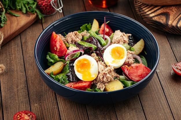 Салат из тунца с яйцом и овощами