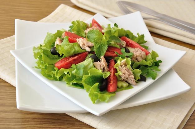 민트와 올리브를 곁들인 혼합 야채를 곁들인 참치 샐러드