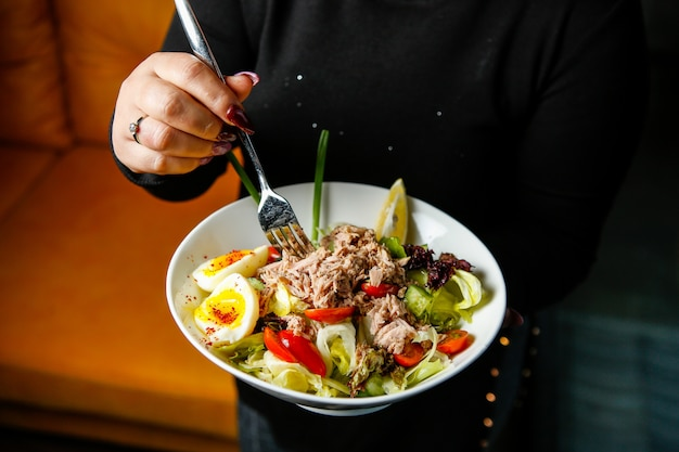 マグロのサラダ、スライスした卵と赤唐辛子の側面図