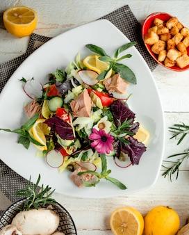 Салат из тунца с овощами на столе Бесплатные Фотографии