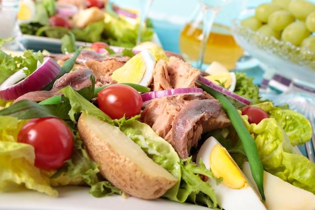 Салат из тунца с нежизущим крупным планом