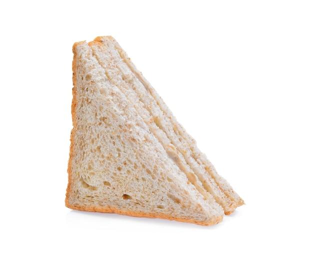 白い背景の上のツナサンドイッチ