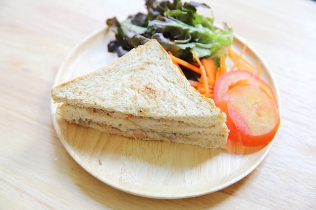 Сэндвич с тунцом на деревянном фоне