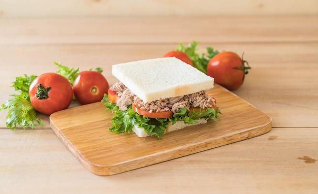 Sandwich di tonno su legno