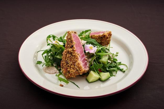 Стейк из тунца фисташковая панировка с микс салатом