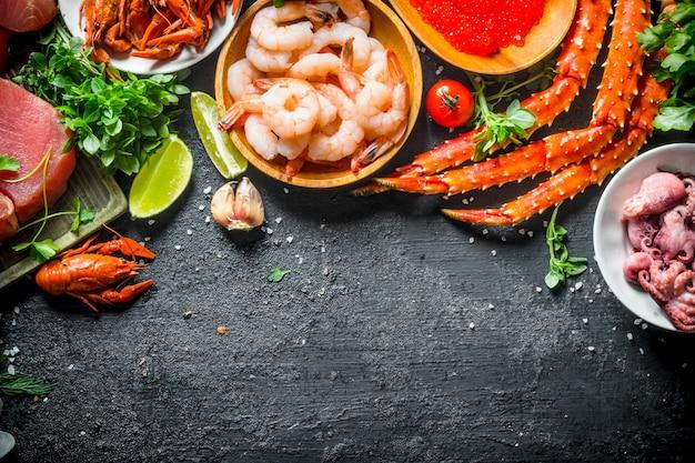 Стейк из тунца с разнообразными свежими морепродуктами и зеленью.