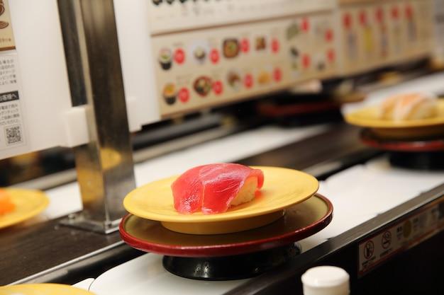 日本の寿司レストランのマグロ寿司