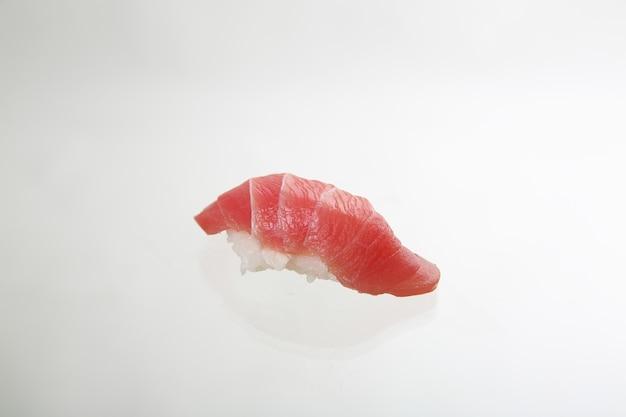 白い背景で隔離のマグロ寿司