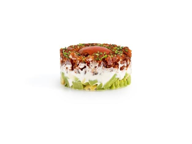 Тартар из тунца с авокадо и сыром на белом фоне