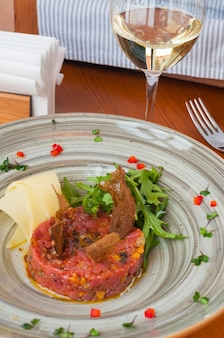 ルッコラとパルメザンチーズと白ワインのマグロのタルタル