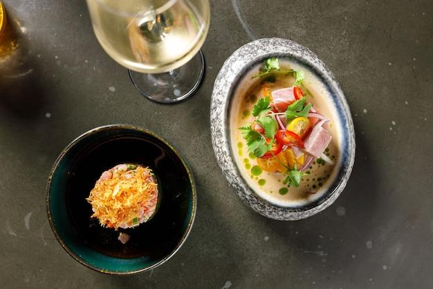 토마토 레몬 양파 칠리와 신선한 허브를 그릇에 넣은 참치 타르타르