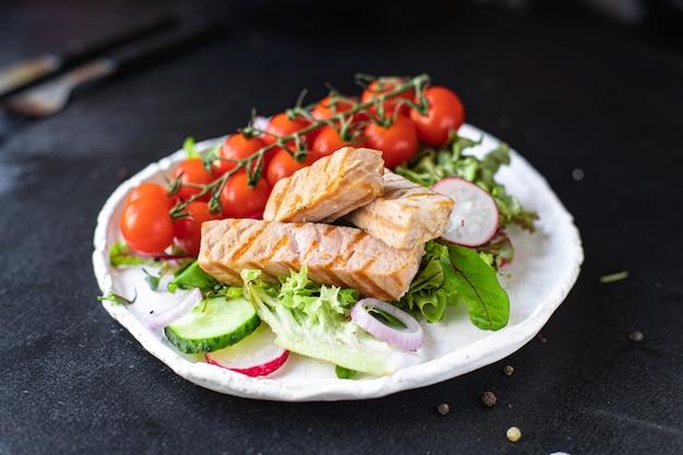 マグロの野菜サラダシーフードミックスは、グリーンチェリートマトの健康的な食事の食事のスナックを残します