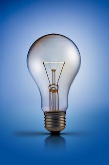 Лампа вольфрамовой лампы на синем фоне