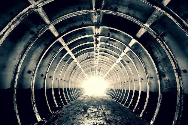 環状の剛性リブと最後に明るい光を備えたコンクリート軍事構造のトンネル