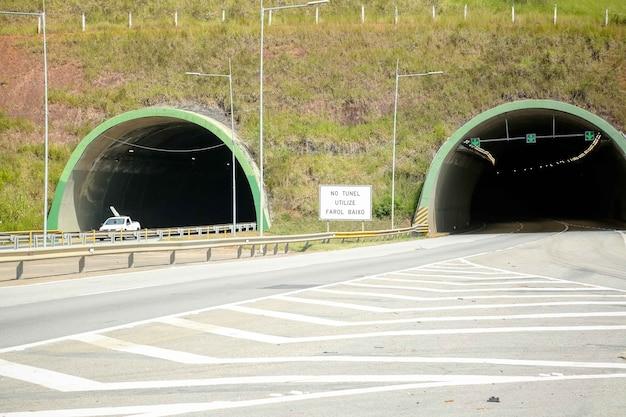 햇살이 아름다운 고속도로 터널