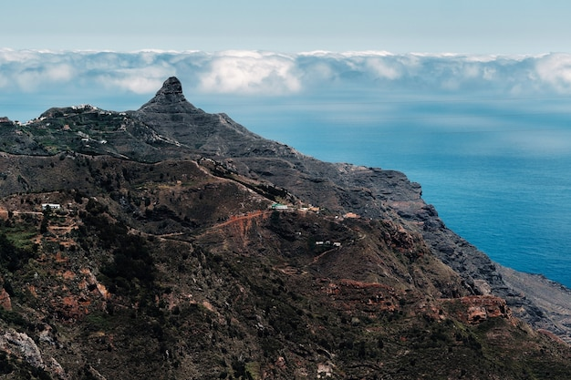 テネリフェ島の山、テネリフェ島の大西洋近くの日没の岩、カナリア諸島、スペインを通るトンネル。