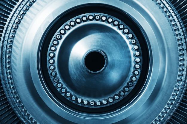 블레이드 및 디스크가있는 터빈 발전기 로터, 내부보기. 터빈의 요소, 세부 사항 및 메커니즘. 에너지 및 기계 공학