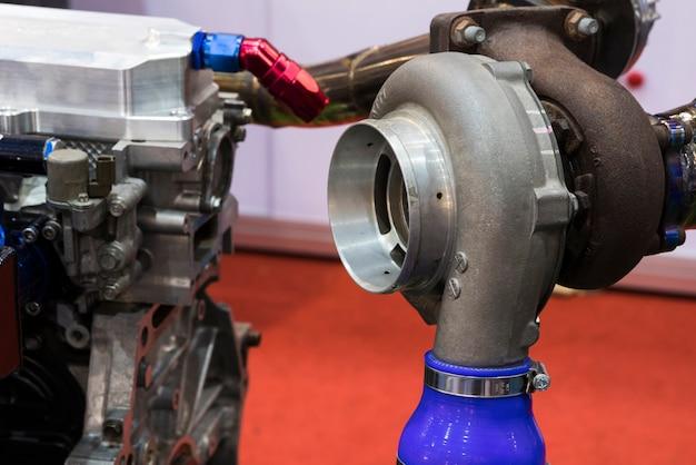 ディーゼルエンジン用ターボチャージャー構成部品;鉄、アルミニウム、鋼の鋳造および機械加工プロセスから作られています。;工業製造装置の背景