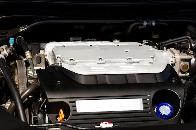 スポーツカーのターボチャージャー付きエンジン、ボンネットの下のクローズアップ