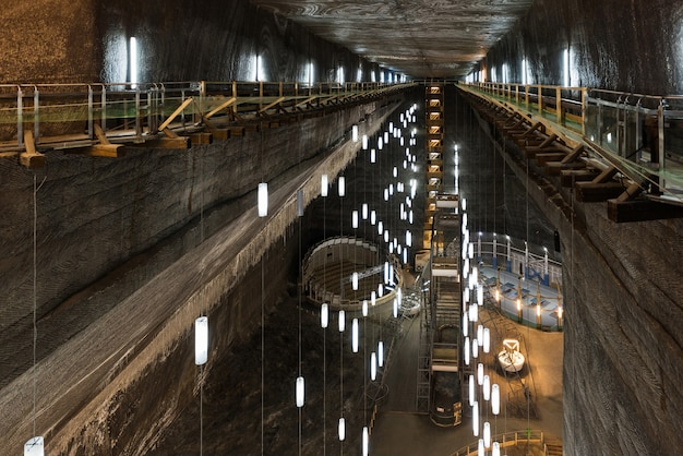 Turda、ルーマニア、巨大な塩鉱山と地下の博物館、湖