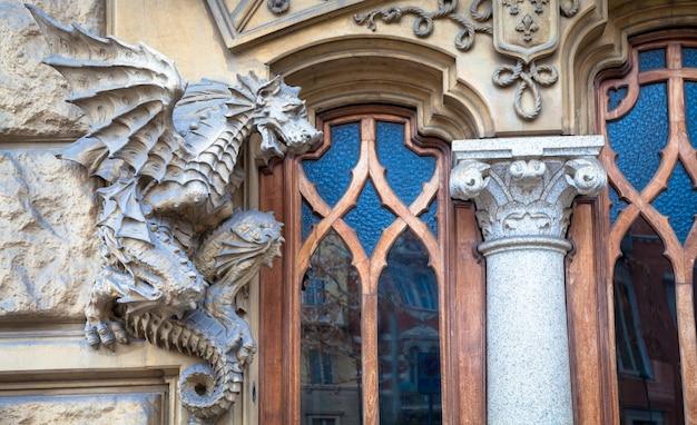 Турин, корсо франсия, casa dei draghi / palazzo della vittoria von gottardo gussoni (дом в стиле модерн). деталь дракона на фасаде.