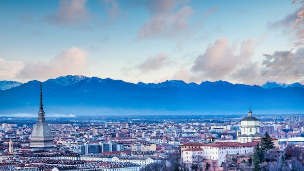 Турин, италия - около августа 2020 года: панорамный вид с горизонтом на закате. замечательные горы альп в фоновом режиме.