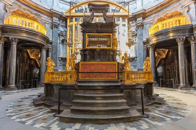 Турин, италия - около августа 2021 года: часовня плащаницы, 1694 год работы гуарини. одно из самых важных святых мест христианской религии.