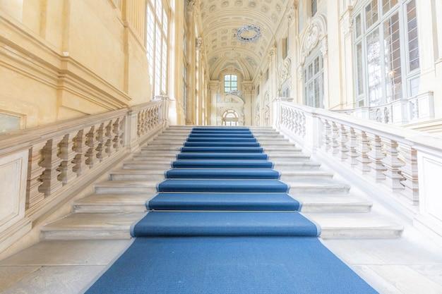 イタリア、トリノ-2021年6月頃:市立古典美術館(パラッツォマダマ)にあるヨーロッパで最も美しいバロック様式の階段。豪華な大理石、窓、廊下のあるインテリア。