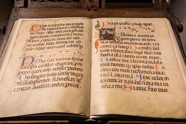 トリノ、イタリア-2021年5月頃:古代の書道を備えたアンティークの中世の写本。