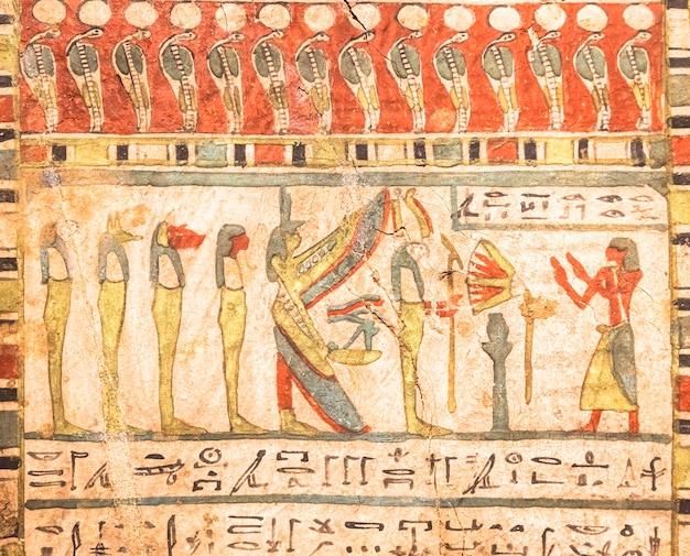 토리노, 이탈리아 - 2021년 5월경: 이집트 고고학. 고대 상형 문자, ca. 기원전 580년, 이시스와 호루스의 네 아들과 함께