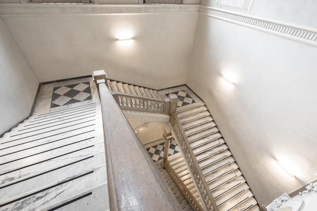 토리노, 이탈리아 - 2021년 5월경: 골동품 이탈리아 궁전에서 대리석으로 만든 고급 계단