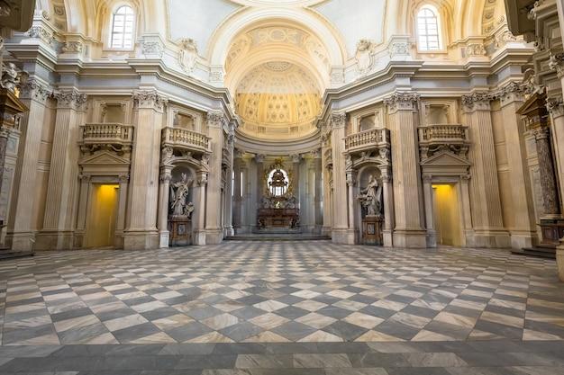 Турин, регион пьемонт, италия - около августа 2020 года: королевская церковь в реджиа-ди-венария-реале.