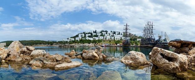 トルコアラニヤ2019年5月8日:大きなセーラーとたくさんのボートがある自然の湾の素晴らしい海の景色。