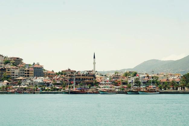 トルコアランヤ地中海沿岸のパノラマビューの街とビーチのクレオパトラ