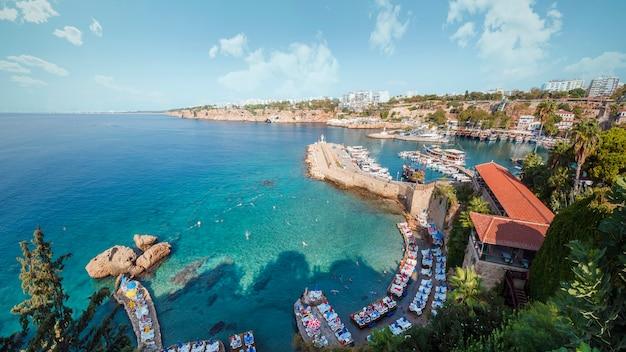 Турция, анталия. уютная красивая пляжная бухта в старой части города