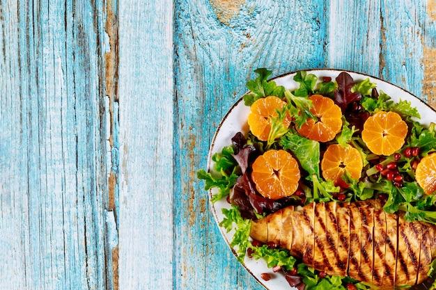 Грудка индейки с овощным салатом и мандаринами