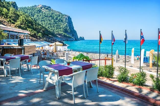七面鳥。アラニヤのクレオパトラのビーチと空のカフェテーブルと地中海
