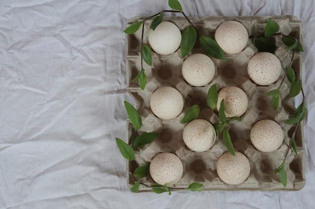 흰색 천에 봄 녹색 잎 제로 폐기물 패키지에 터키 계란