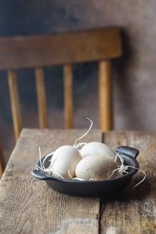 テーブルの上のボウルにトルコの卵。素朴な木製