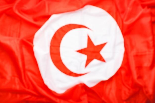 設計のためにぼやけているトルコの旗の背景。民主主義、愛国者の象徴としてのトルコの国旗。クローズアップテクスチャトルコの旗。
