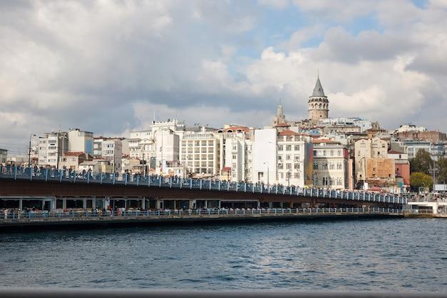 Турция стамбул. вид на галатский мост и галатскую башню и красивое облачное небо.
