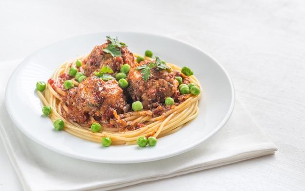 パスタと新鮮なエンドウ豆の七面鳥のミートボール