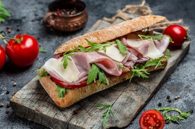 七面鳥のサンドイッチ、ハム、トマト、パルメザンチーズ、ルッコラ。前菜のブルスケッタ