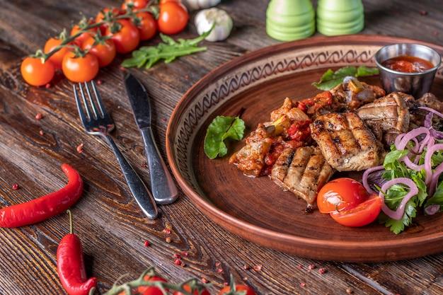 七面鳥の串焼きと野菜のサルサとバーベキューソース、レストランの料理、水平方向