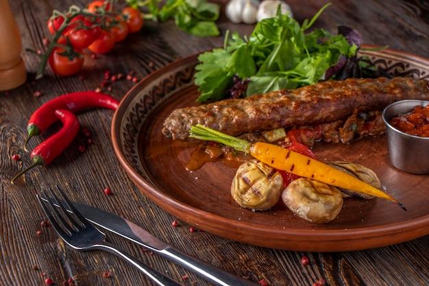 トルコとアラビアの伝統的なラマダンミックスケバブプレート、ケバブビーフと焼き野菜