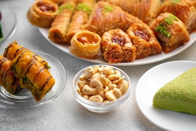 꿀을 곁들인 터키식 바클라바 디저트를 닫습니다.